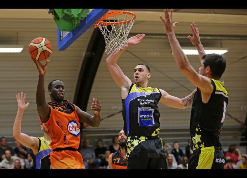 Dernière sortie sous le maillot kaysersbergeois pour Alioune Tew (balle en main) à La Rochelle. Photo L'Alsace – Vanessa MEYER